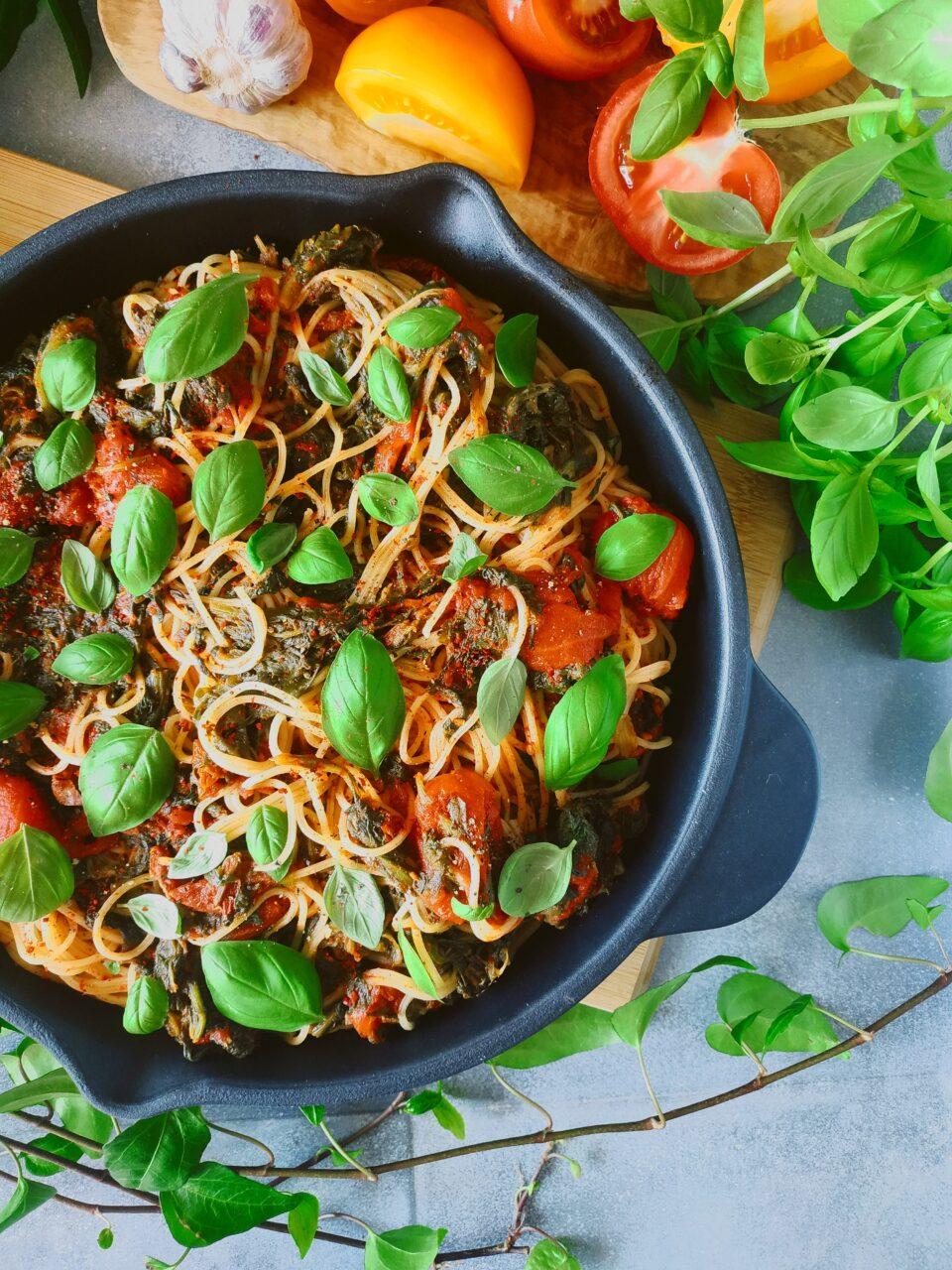 meet without meat wegański makaron ze szpinakiem i pomidorami